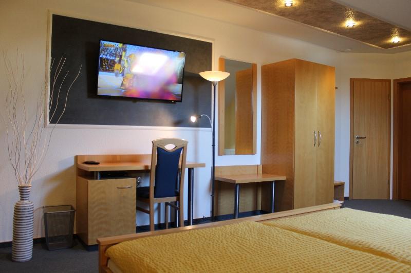 Das Lichtdurchflutete Und Mit 24 M² Großzügig Geschnittene Zimmer Verfügt  über Einen Balkon, Kleine Sitzecke, Bad Mit Dusche Und WC Sowie 45 Zoll  Full HD ...